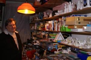 Šmarski župnik Janez Gerčar v delavnici polni barv, lakov in drugega materiala za izdelovanje jaslic
