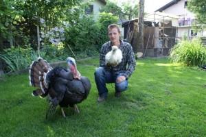 Andrej s kanadskim divjim puranom in kitajsko svilnato kokošjo