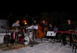Tirolec Benny Hrdina (bobni), Brazilec Felippe Oliveira (kontrabas), Ljubljančan Filip Šijanec (kitara), Kamničan Gregor Ftičar (klavir)