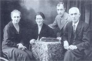 Družina Aparnik; sestra Filipina, žena Justina, sin Stane, fotograf Franc Aparnik; ok. 1935