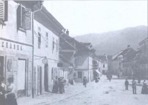 """Na trgu 43, kasneje trgovina """"Kramar"""", je bil dom družine Heybal; slika iz začetka 20. stol"""