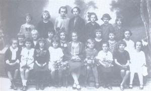 Na dekliški osnovni šoli v Kamniku (1924); Valerija sedi četrta v prvi vrsti poleg učiteljice Angele Kenda