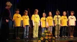 OPZ Vrabčki DKD Solidarnost Kamnik z zborovodkinjo Marino Aparnik nastopili na Območni reviji otroških in mladinskih pevskih zborov Občin Kamnik in Komenda 2009